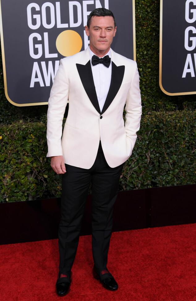 KJEKK: Luke Evans kom alene iført en hvit dressjakke og sorte bukser. Foto: NTB Scanpix