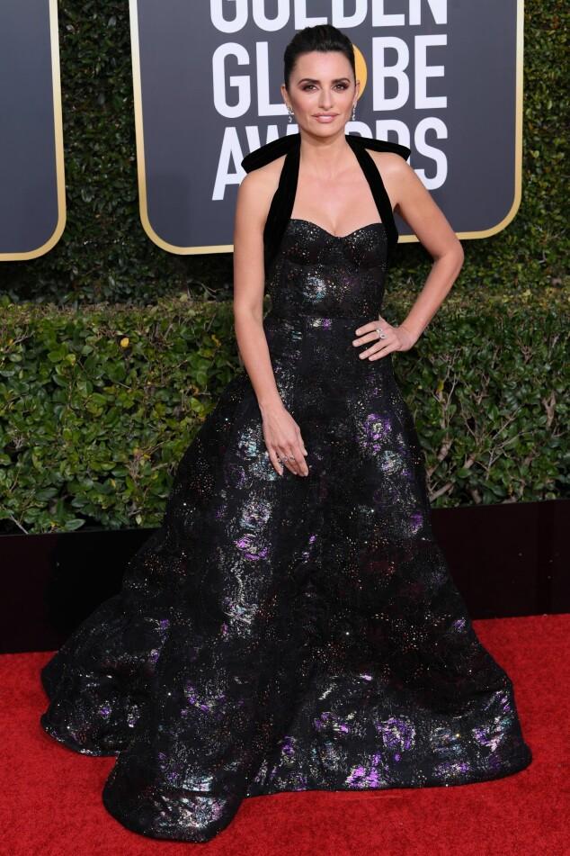 MYSTISK: Penelope Cruz gikk for en lang, metallisk kjole under årets prisutdeling. Foto: NTB Scanpix