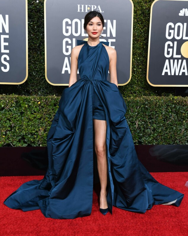 BLÅTT: Gemma Chan gikk for en fotsid, blå kjole med splitt. Foto: NTB Scanpix