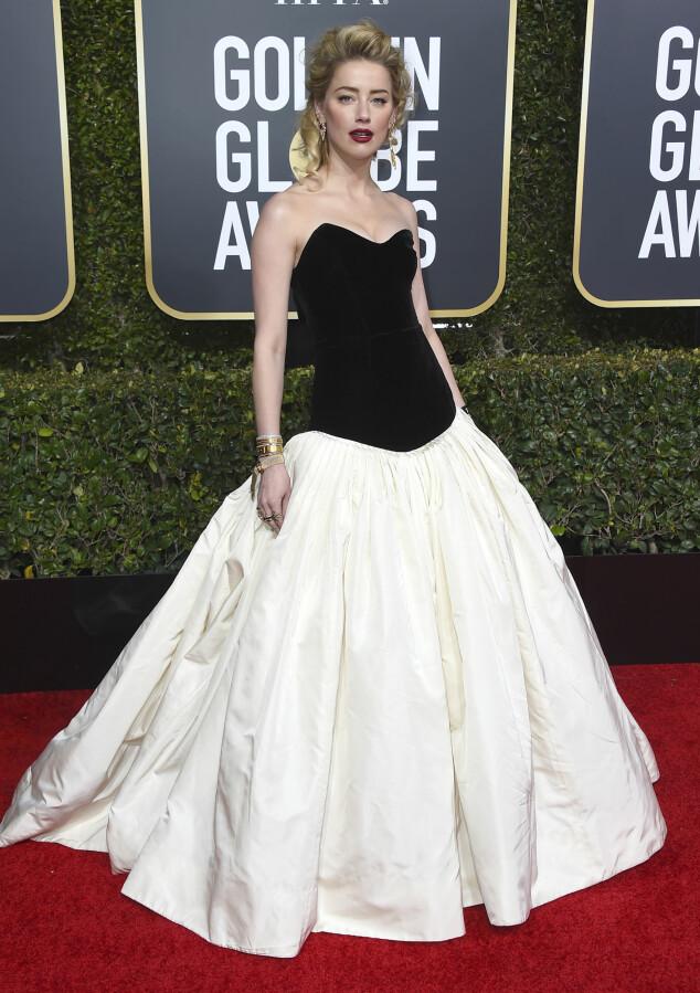 POSERTE: Amber Heard poserte i en sort og hvit kjole på den røde løperen. Foto: NTB Scanpix