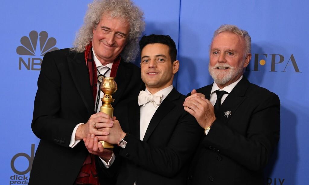 VANT: Både skuespiller Rami Malek og filmen «Bohemian Rhapsody» tok hjem en pris i natt. Her er Malek sammen med Queen-medlemmene Roger Taylor (t.h.) and Brian May (t.v.) under kveldens Golden Globe-utdeling. Foto: NTB scanpix