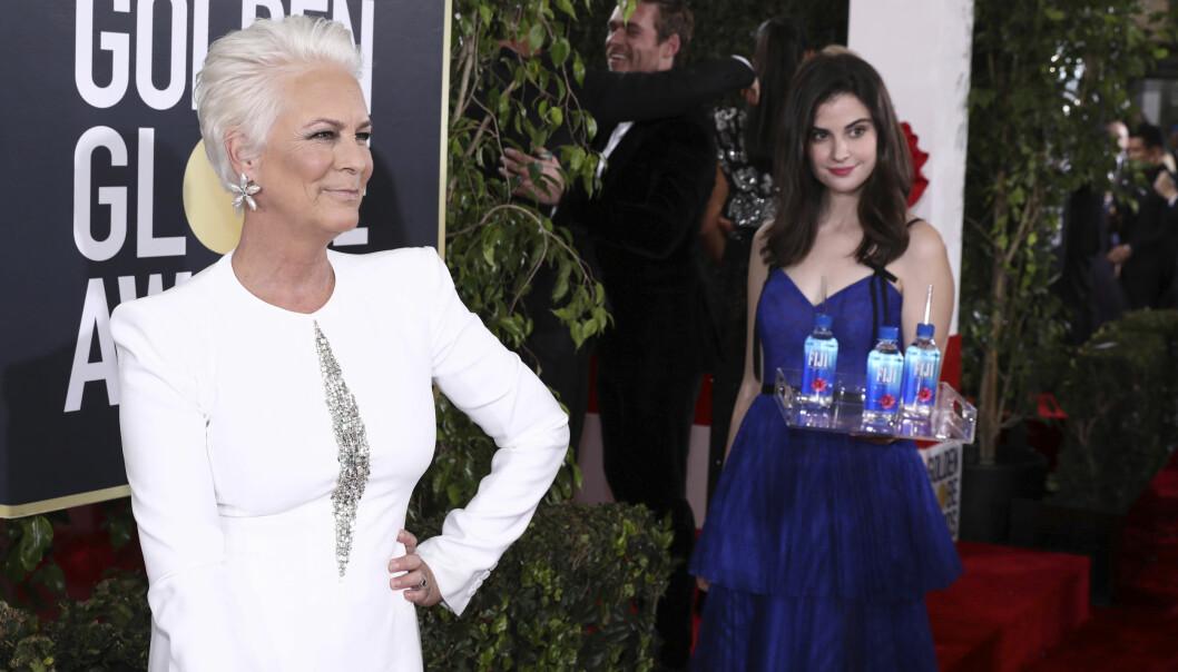 <strong>POSERER:</strong> I likhet med skuespiller Jamie Lee Curtis, har kvinnen i den blå kjolen tilsynelatende øvd på poseringen sin før prisutdelingen. Foto: NTB Scanpix