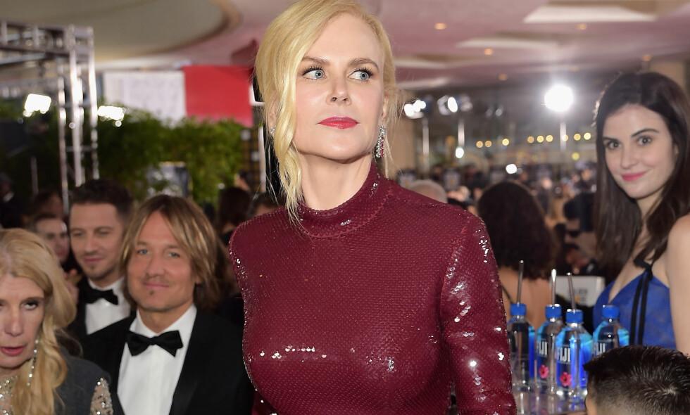 STJAL SHOWET: Kvinnen i den blå kjolen bak Nicole Kidman har fått mye oppmerksomhet etter Golden Globes-utdelingen. Foto: Getty Images
