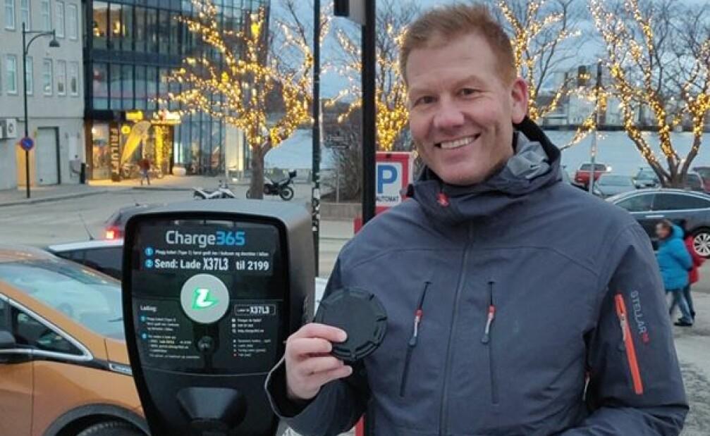 AVSLØRENDE SENSOR: Espen Limstrand, forretningsutvikler i OfficeLink, ville få bukt med folk om bruker ladeplasser som parkeringsplass, ved hjelp av denne lille sensoren. Foto: OfficeLink.