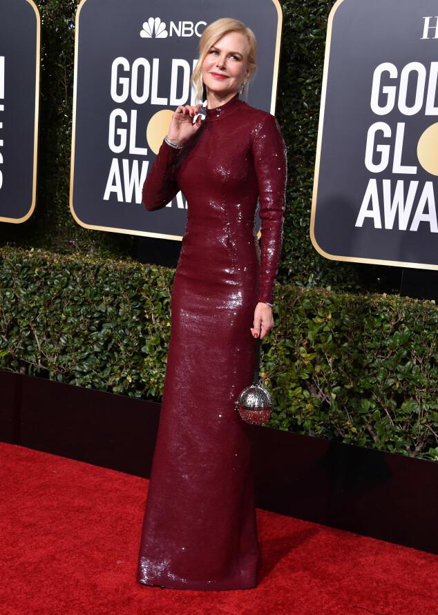 GLITRET: Nicole Kidman stilte i en vinrød, heldekkende kjole besatt med paljetter. Legg merke til den spesielle vesken! Foto: NTB scanpix