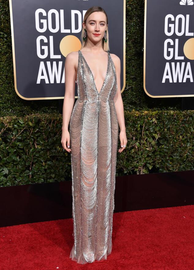SENSUELL: Saoirse Ronan viste hud i denne lekre, sølvfargede kjolen. Foto: NTB scanpix