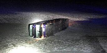 image: To busser av veien med 2,5 kilometers avstand
