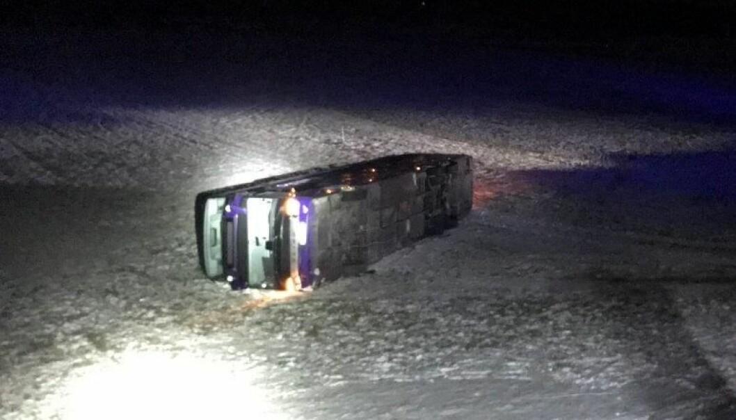 <strong>PÅ JORDE:</strong> Den første bussen endte på sida på et jorde. Foto: Politiet
