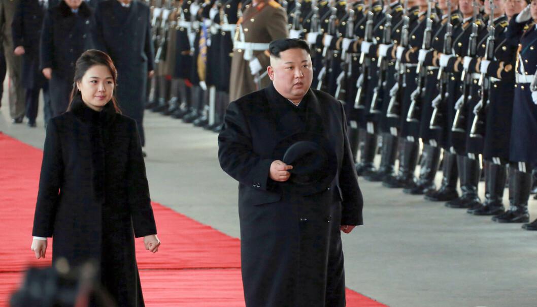 <strong>FJERDE KINA-BESØK PÅ ETT ÅR:</strong> Her er Nord-Koreas leder Kim Jong og kona Ri Sol Ju ved avreise fra hovedstaden Pyongyang, på et bilde publisert av statlige medier mandag. Foto: KCNA/Korea News Service/AP/NTB Scanpix.