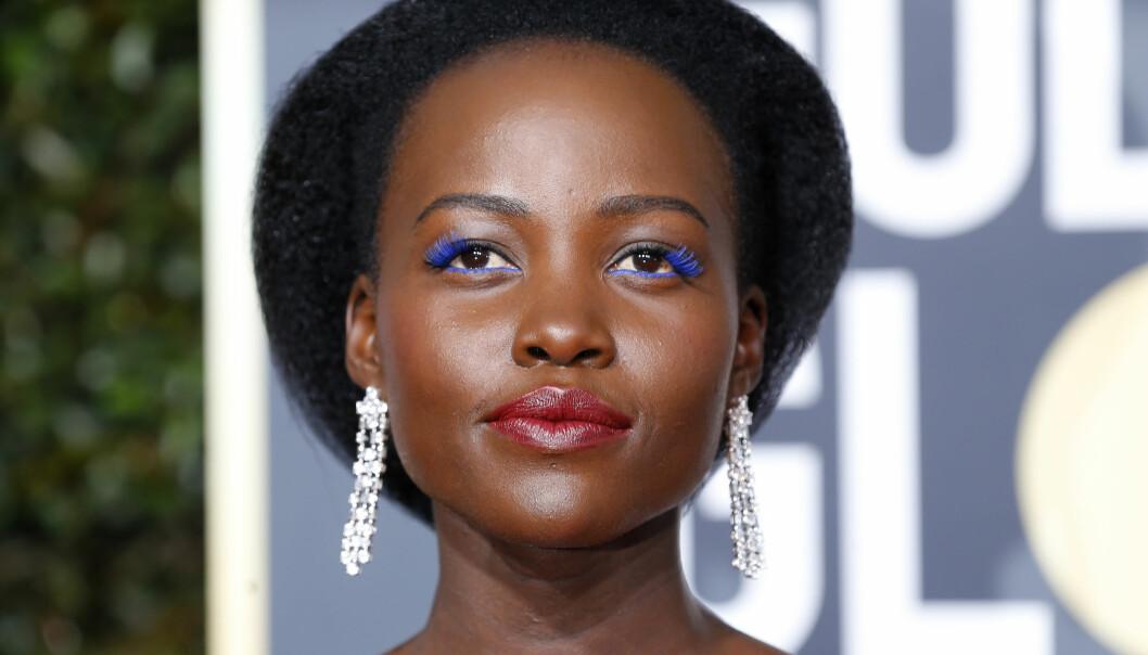 RENDY: Lupita Nyong'o var en av stjernene man kunne se med øyesminke i en sterk farge på den røde løperen i forkant av Golden Globe-utdelingen. Foto: NTB Scanpix