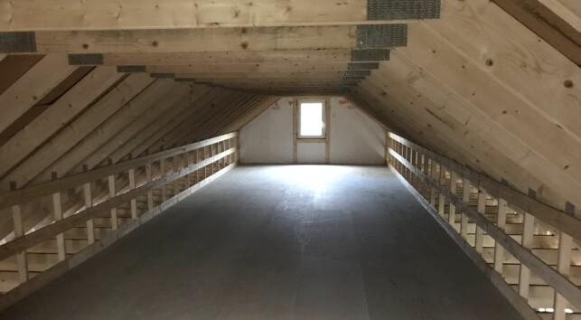 OPPE OG NEDE: Høyere tak i første etasje ga et noe lavere loft. Det er likevel godt med oppbevaringsplass, og planen er også at dette på sikt kan brukes som oppholdsrom for barna. Foto: Jørgen Iversen Lie