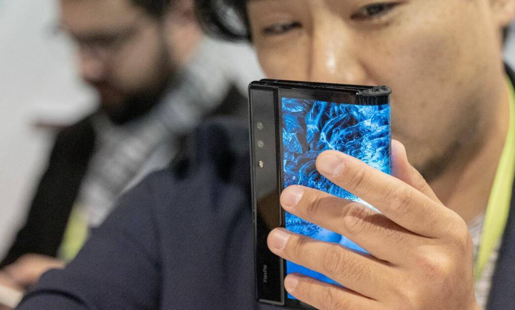 <strong>BRETTBAR MOBIL:</strong> Amerikanske Royole er først ut med en brettbar smarttelefon. Dette er FlexPai. Foto: Martin Kynningsrud Størbu