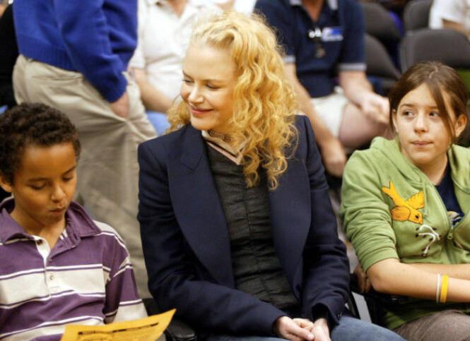 <strong>MED MAMMA:</strong> Det finnes få bilder av Nicole Kidman og barna Conner og Isabella. Her er de sammen på en Lakers-kamp i Los Angeles i 2004. Foto: NTB Scanpix