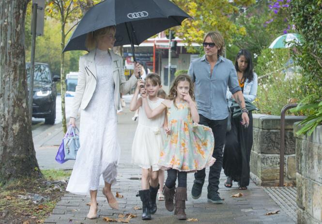 <strong>FAMILIE PÅ FIRE:</strong> Her er Nicole Kidman ute på en gåtur sammen med døtrene Sunday og Faith, og ektemannen Keith Urban i 2016. Foto: NTB scanpix