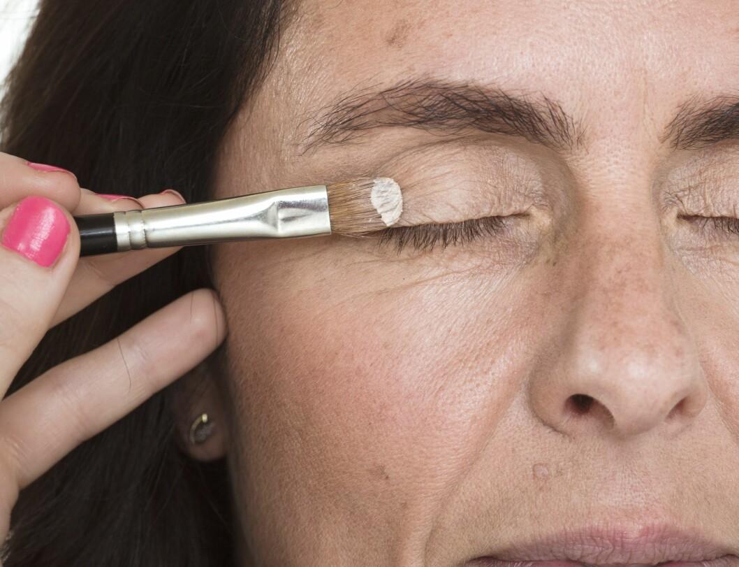 1. Bruk en hudfarget primer for å få øyeskyggen til å sitte godt gjennom hele dagen. Primeren gir i tillegg en ren base som gjør at fargen på øyeskyggen blir jevn og fin.