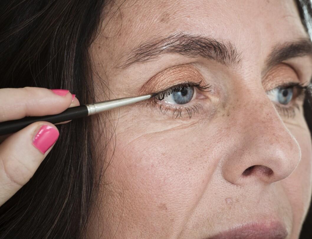 3. Marker øynene med en eyeliner langs vippekanten. Dus ut linjen med en kost for et naturlig resultat. Dette er supert for å få vippene til å se tykkere og tettere ut.