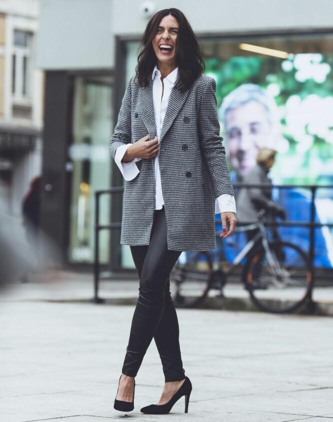 MALIN SUNNIVA HAR PÅ SEG: Kåpe (kr 700, Zara), skjorte (kr 2200, FWSS), skinnbukse (kr 5000, Gestuz) og pumps (kr 1600, Lille Vinkel Sko). FOTO: Astrid Waller