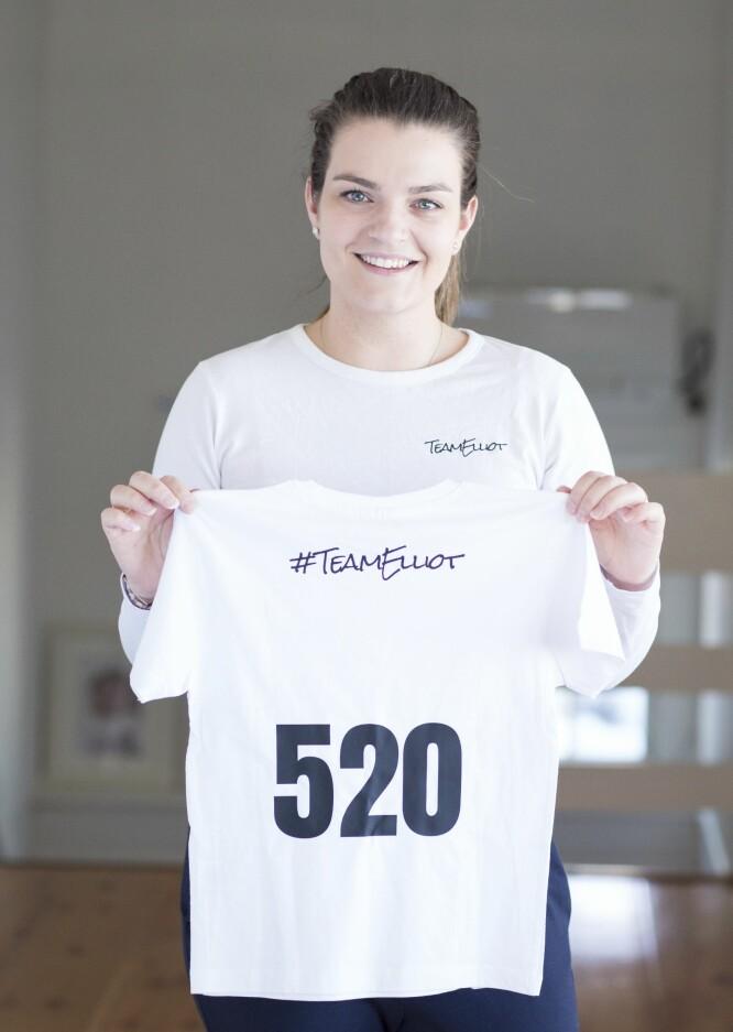 TEAM ELLIOT: T-skjortene til inntekt for Elliots medisiner er serienummerert. Charlotte og Niklas har solgt cirka 1000 stykker. FOTO: Charlotte Wiig