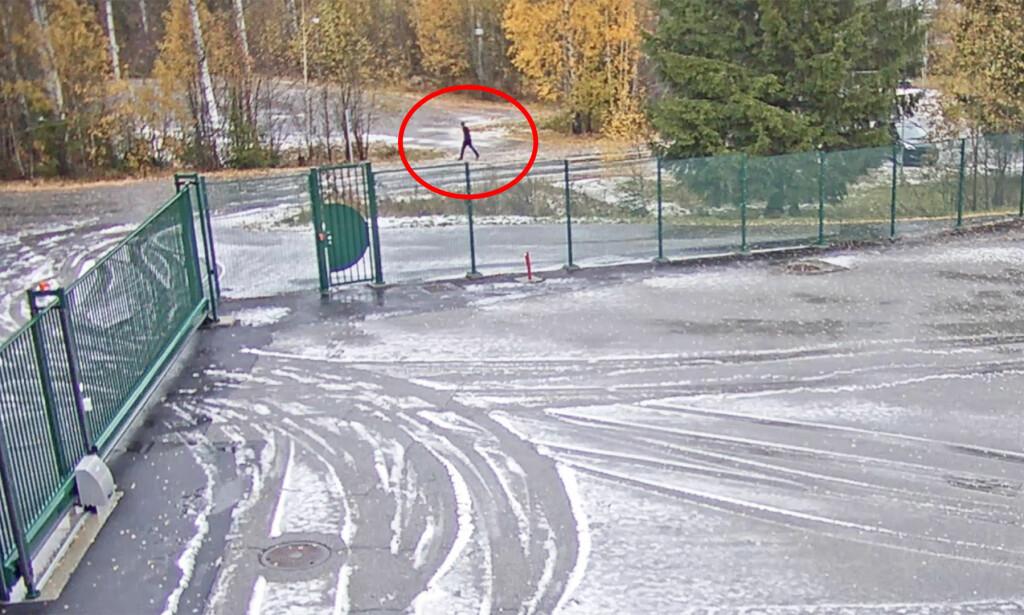 I POLITIETS SØKELYS: Denne personen går utenfor Futurum-bygget i Lørenskog samme morgen som Anne-Elisabeth Hagen (68) forsvant fra hjemmet noen kilometer unna. Foto: Politiet