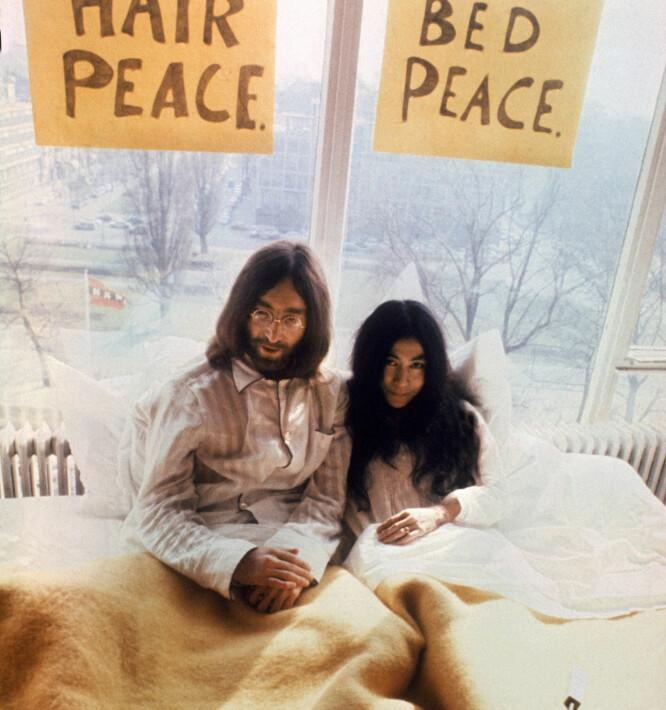 MAKE LOVE: John Lennon og Yoko Ono var kjent for sine fredelige demonstrasjoner. Her på Hilton hotell i Amsterdam i 1969, da paret lå i sengen en hel uke i protest mot vold og krig i verden. FOTO: NTBScanpix