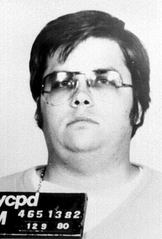 NUMBER ONE FAN?: Da Mark David Chapman drepte John Lennon 8. desember 1980 hadde han tidligere på dagen fått Lennon til å signere et eksemplar av albumet Double Fantasy. Chapman ble dømt for overlagt drap. Han har søkt om prøveløslatelse ti ganger siden 2002, men fått nei. FOTO: NTBScanpix