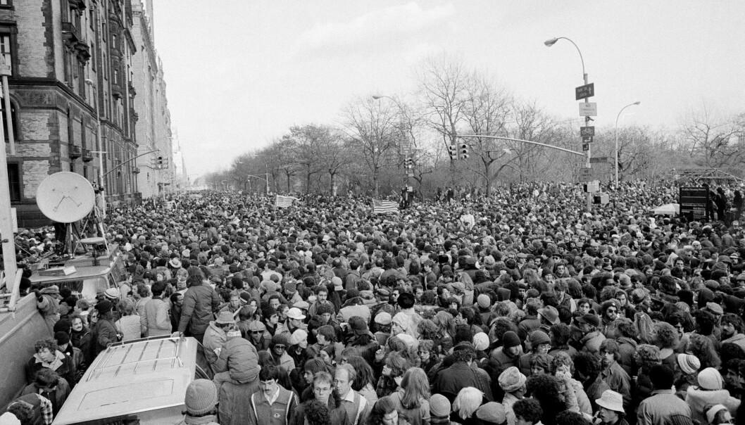 SAMMEN I SORGEN: Dagen etter en John Lennon ble drept stimlet folk sammen i tusentall utenfor «The Dakota» for å minnes ham. FOTO: NTBScanpix.