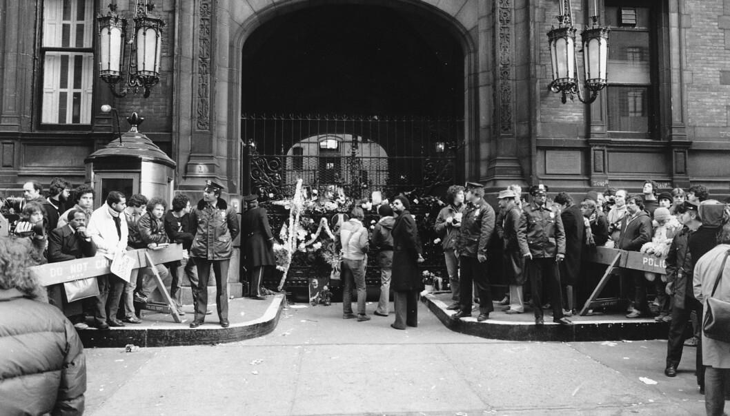 INGENTING Å SE! Politiet forsøker å holde skuelystne og fans på avstand 9. desember 1980 utenfor Dakota building, dagen etter at John Lennon ble skutt. Vaktbua står der den dag i dag. FOTO: NTBScanpix