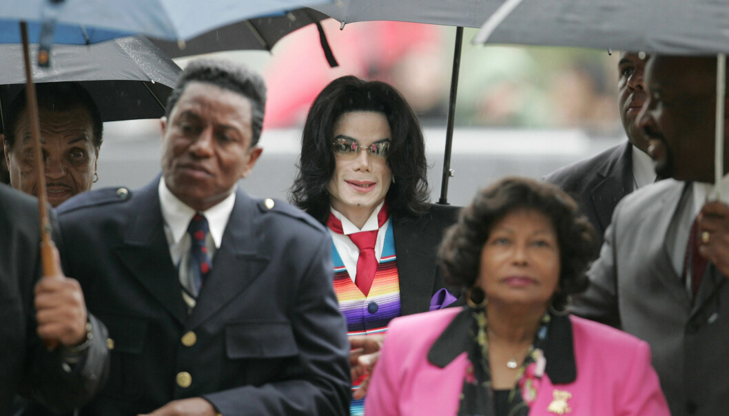 <strong>RETTSAK:</strong> Michael Jackson på vei til sin egen rettsak sammen med moren Katherine Jackson, faren Joe Jackson og broren Jermaine Jackson da Jackson var tiltalt for overgrep mot flere mindreårige barn. Foto: AP
