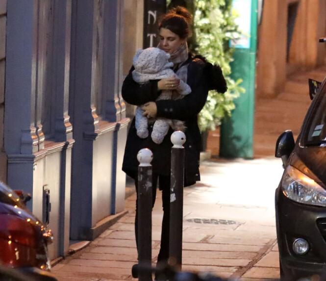 <strong>TOBARNSMOR:</strong> Dette bildet er tatt av Charlotte Casiraghi og sønnen Balthazar utenfor leiligheten hennes i Paris i slutten av desember. Fra før har hun sønnen Raphaël (4) med ekskjæresten Gad Elmaleh. FOTO: NTB Scanpix