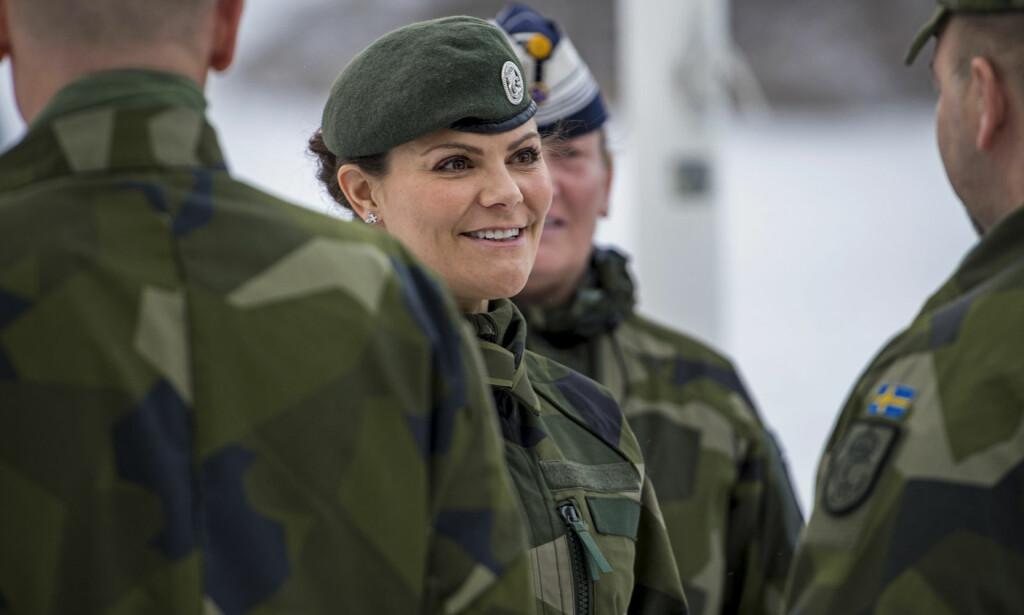 ENGASJERT: Kronprinsesse Victoria var onsdag på besøk hos Livgarden. Der fikk hun siste nytt om det svenske forsvaret. Foto: Astrid Emilia Amtén / Försvarsmakten