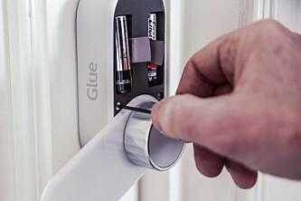 Montering 3: Den nye låseboksen monteres. Foto: Øivind Lie-Jacobsen