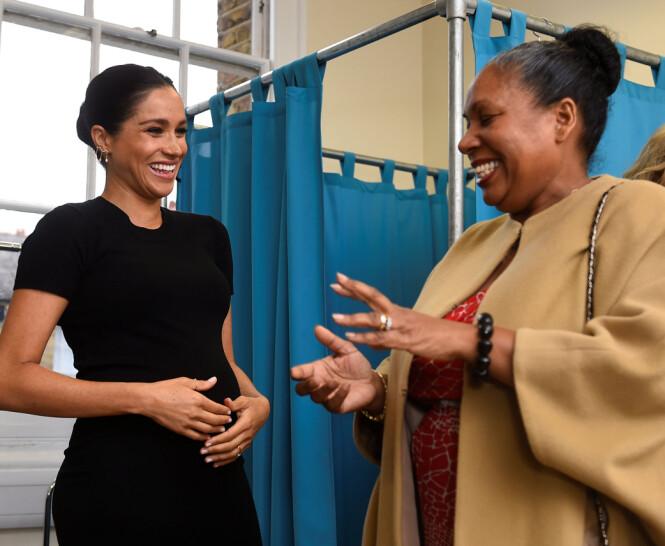 GLEDE: Hertuginne Meghan så ut til å storkose seg med å hjelpe til med veldedighetsarbeidet til Smart Works, her er hun avbildet sammen med Patty Wardall. Foto: NTB scanpix