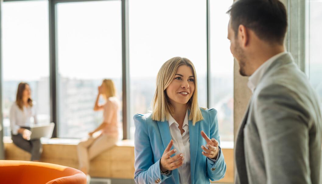 SNAKK OM MILJØET: Snakk sammen på arbeidsplassen om hvordan dere er med hverandre, råder Ländin. Bli bevisst på hersketeknikkene. FOTO: NTB Scanpix