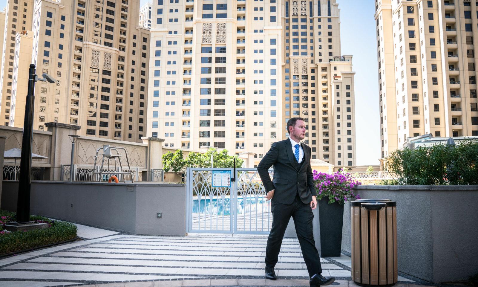 HASTER VIDERE: Eiendomsmekler Daniel Heywood tok med Dagbladet på luksus-visninger i Dubai Marina. Her haster han videre, forbi svømmebassenget ved Shemara Tower.