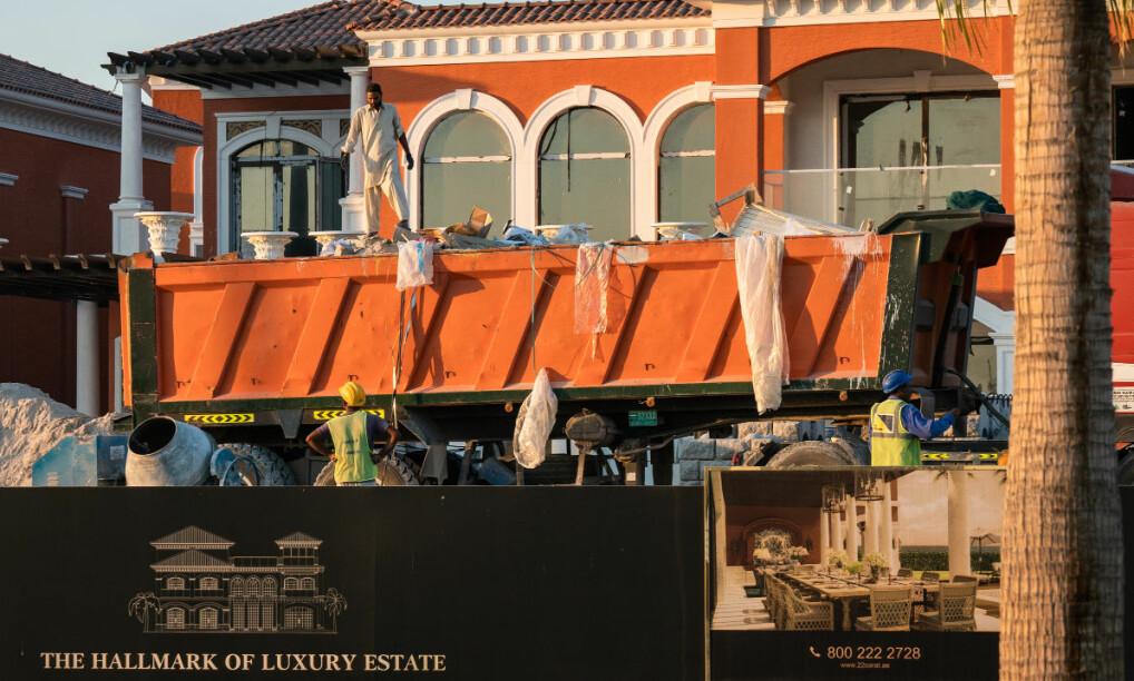 DE SOM BYGGER: Fremmedarbeidere fra Pakistan, India, Filippinene og Bangladesh bygger og drifter Dubai på lave lønner. Her bygges nye luksusleiligheter på den kunstige øya Palmen som de ansatte neppe vil ha råd til å bo på selv.