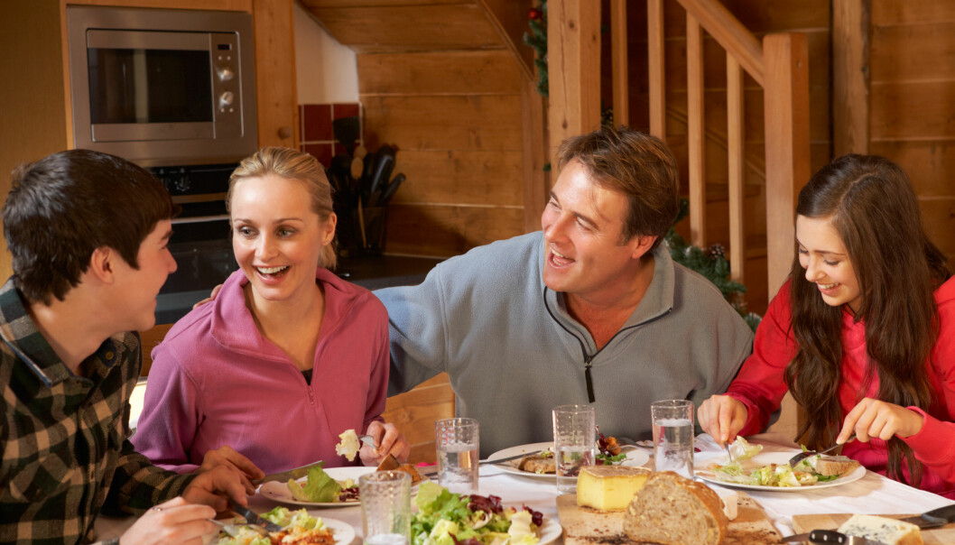 SAMTALER: Middagsbordet kan være en perfekt plass for fine samtaler. Foto: Scanpix