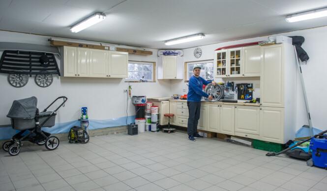 <strong>FOTO OG BARNEBURSDAG:</strong> Den ene delen av garasjen ble gjort om til et stort hobbyrom. Dette blir brukt som verksted, hobbyrom og fotostudio. Planen er også å kunne arrangere barnebursdager her. Foto: Jørgen Iversen Lie