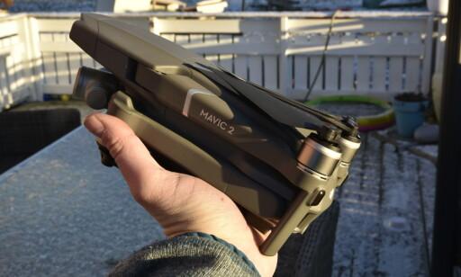 BRETTES SAMMEN: Når du ikke bruker Mavic 2-dronene, brettes armene inn slik at den blir relativt kompakt, men fortsatt vesentlig større enn lillebror Mavic Air. Foto: Pål Joakim Pollen