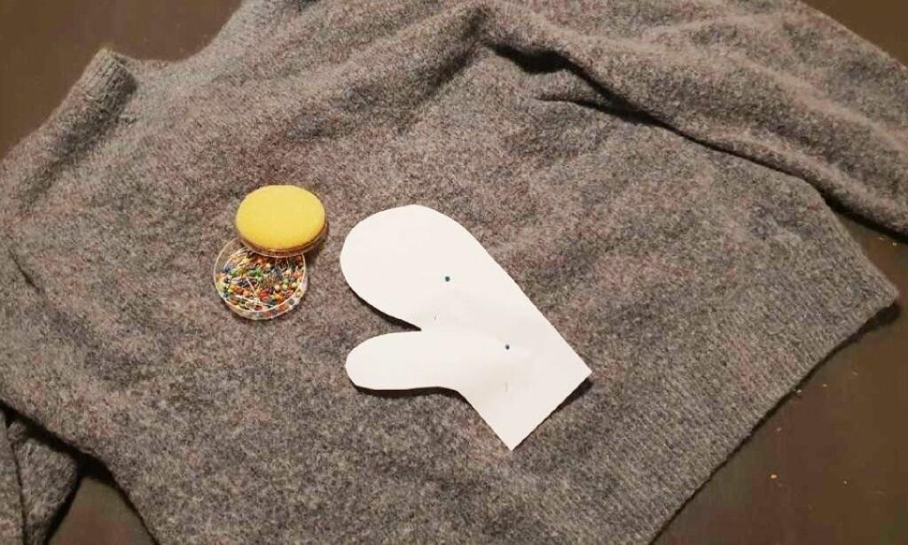 ENKLE VOTTER: Dersom du har en gammel genser du er lei av, som er ødelagt, eller ikke vil bruke lenger, kan du enkelt lage nye votter ved å klippe ut og sy. Foto: Camilla Øino