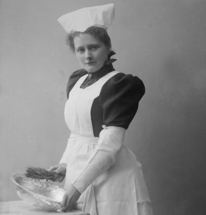 LAVTLØNTE: Tjenestejentene fikk 30-40 øre dagen, vesentlig lavere lønn enn fabrikkarbeiderne. FOTO: Gustav Borgen / Norsk Folkemuseum