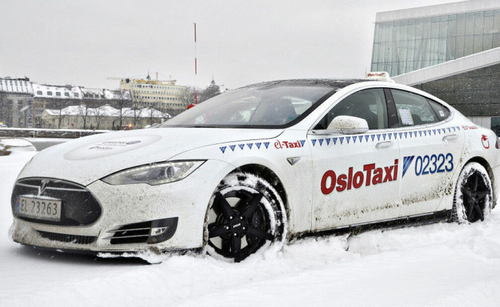 EL-TAXI: Dette var Norges første elektriske Tesla-taxi, eid av Norges første sjåfør som valgte elektrisk bil som drosje, nemlig Trond Gustav Sømme. Nå har han fått selskap av 101 andre sjåfører som velger elektrisk. Foto: Stein Inge Stølen/Autofil