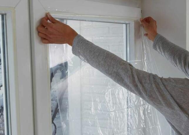 HOLD PÅ VARMEN: Isolerende vindusfilm på vinduene hindrer kald luft i å slippe inn gjennom vinduet.