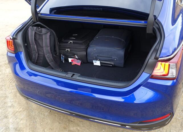 IKKE GEDIGENT: Sett i forhold til bilens størrelse, imponerer ikke bagasjeplassen her bak. Foto: Knut Moberg