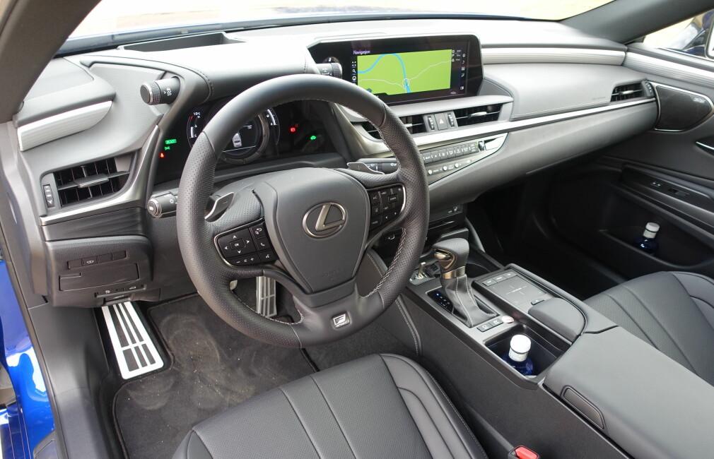 SÆREGEN STIL: Lexus-interiørene har en design som skiller dem fra andre premium-merker. Bildet yter ikke førermiljøet full rettferdighet; materialene er mer høyverdige enn det ser ut og detaljarbeidet er upåklagelig. Helt den samme luksusfølelsen vi husker fra GS, er likevel ikke tilstede. Det finnes for øvrig mer fargerike alternativer enn gråtonene på denne testbilen med F-Sport-grad. Foto: Knut Moberg