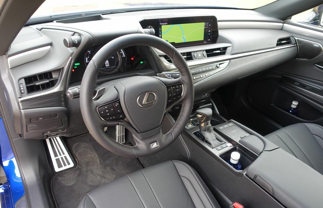<strong>SÆREGEN STIL:</strong> Lexus-interiørene har en design som skiller dem fra andre premium-merker. Bildet yter ikke førermiljøet full rettferdighet; materialene er mer høyverdige enn det ser ut og detaljarbeidet er upåklagelig. Helt den samme luksusfølelsen vi husker fra GS, er likevel ikke tilstede. Det finnes for øvrig mer fargerike alternativer enn gråtonene på denne testbilen med F-Sport-grad. Foto: Knut Moberg
