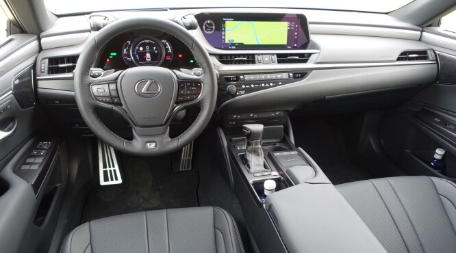 <strong>TIL SAMMENLIGNING:</strong> Førermiljøet i Lexus ES, en bil som deler plattform med Toyota Camry. Det er særlig på multimedie-fronten Lexus ligger et hestehode foran - men ES koster over 100.000 kroner mer. Foto: Knut Moberg