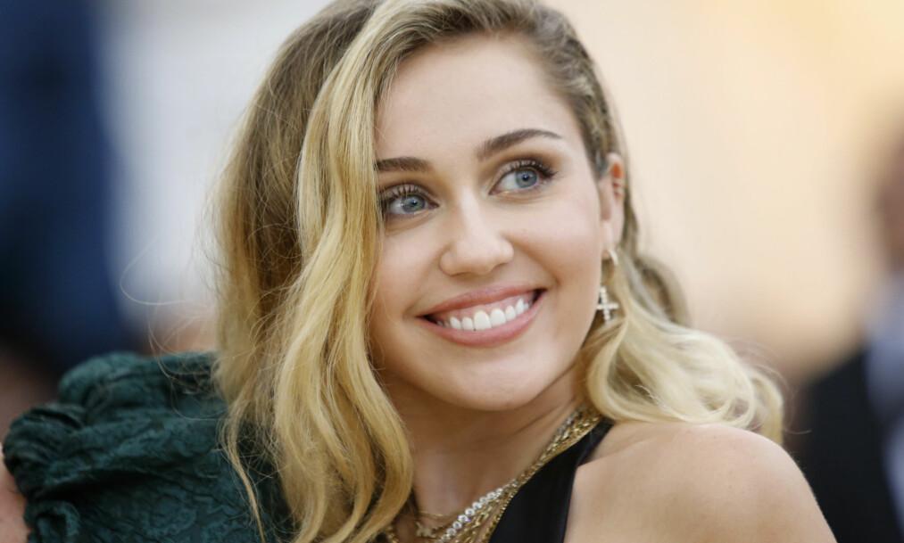 <strong>HYLLES:</strong> Superstjerna Miley Cyrus hylles av både kjendiser og aviser for sin romantiske bursdagshilsen til ektemannen Liam Hemsworth. FOTO: Eduardo Munoz / Reuters