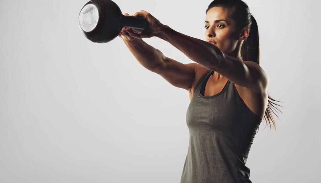 KETTLEBELL: Kettlebell er en fin øvelse, hvor du også bruker store deler av kroppen. FOTO: NTB Scanpix