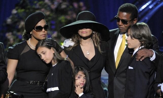 MISTET FAREN: Som datter av avdøde Michael Jackson, har Paris Jackson vokst opp i rampelyset. Det har ikke alltid vært like lett. Her avbildet med sine egne og farens søsken etter farens død. Foto: NTB Scanpix