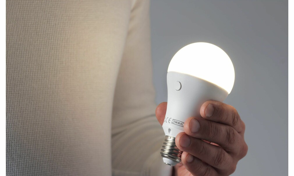 LADBAR PÆRE: Ikea selger en LED-pære som kan lades og brukes som en lommelykt. Foto: Ikea
